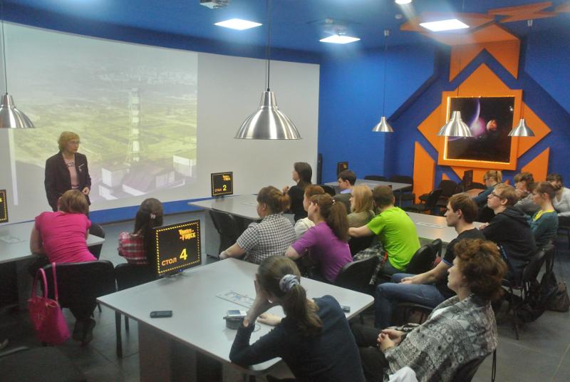 Фото к Студенты-экологи узнали о чернобыльских исследованиях из беседы с международным экспертом Натальей Манзуровой